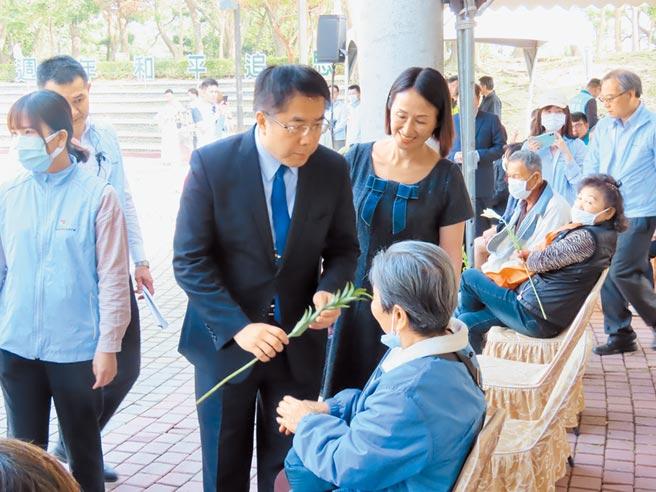 台南市228追思會在新營舉行,受新冠肺炎疫情影響,整個儀式30分鐘左右就結束,市長黃偉哲(左二)向受難者家屬一一致意。(莊曜聰攝)