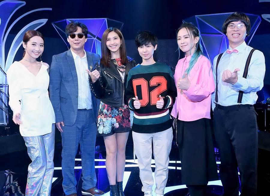 LULU(左起)、蕭煌奇、梁一貞、魏嘉瑩、張芸京、何信翰在《上奅台灣歌》相見歡。(華視提供)