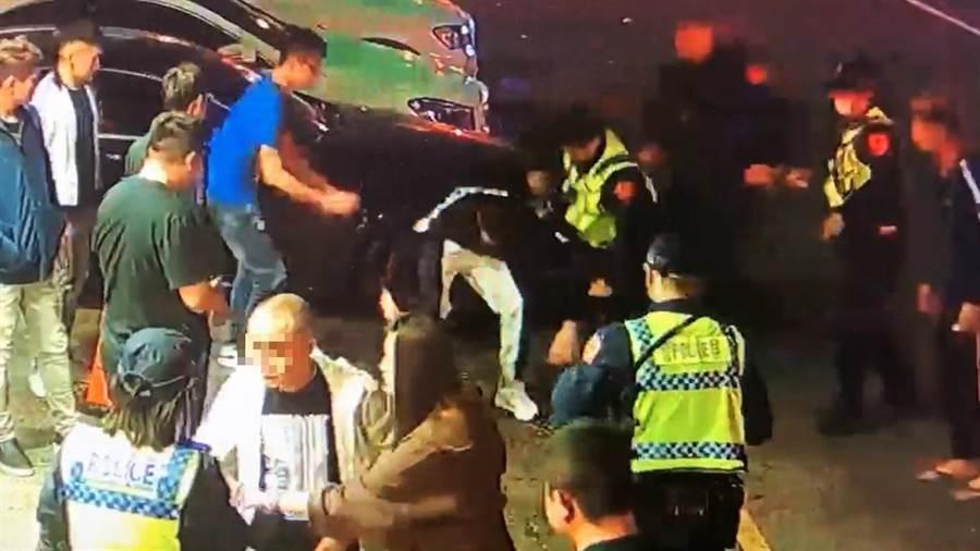 警方採勸導方式要2方人馬解散,但其中喝得醉醺醺4人,氣焰囂張,互相拉扯。(讀者提供/張妍溱台中傳真)