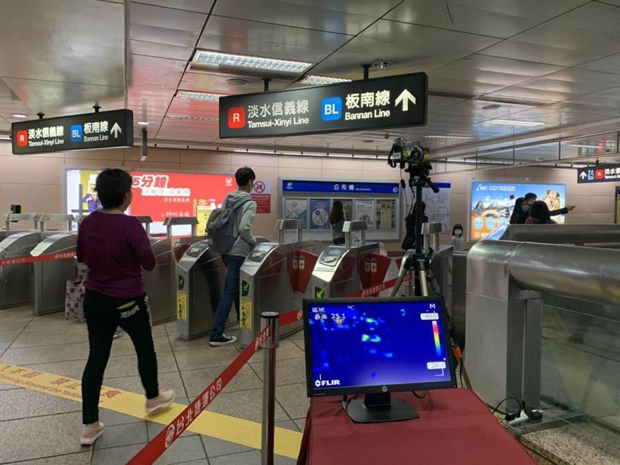 北捷試辦增設紅外線熱顯像儀即時偵測旅客體溫。(張薷攝)