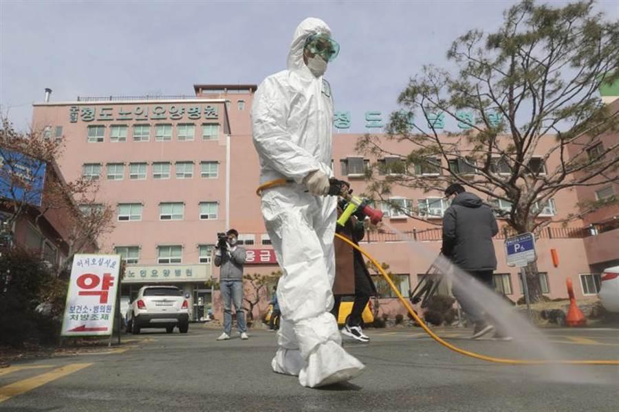 韓國的檢疫速度從原本的一天3000人,成長為一天將近9000人,目標為一天一萬人。圖為韓國消毒人員加強在慶尚北道南部的清道郡進行消毒的畫面。(美聯社)