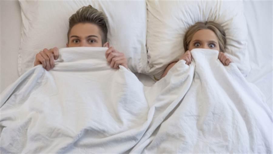 護理師直接掀開發出怪聲的病床,赫見失蹤的男病患和女病患「衣服沒穿很多的躺在一起」。(示意圖/shutterstock)