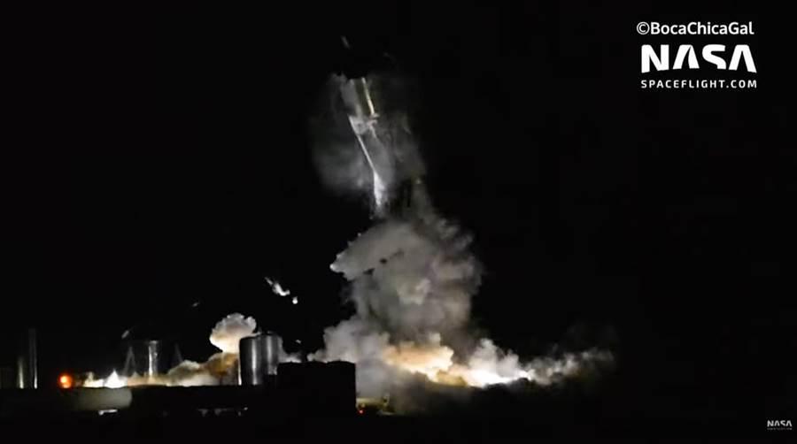 Space X的星艦太空船原型機,測試中發生爆炸,所幸裝填的是不燃的液態氮,沒有發生燃燒。(圖/Youtube)