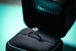 男友拿大鑽戒求婚 女看價錢想放生
