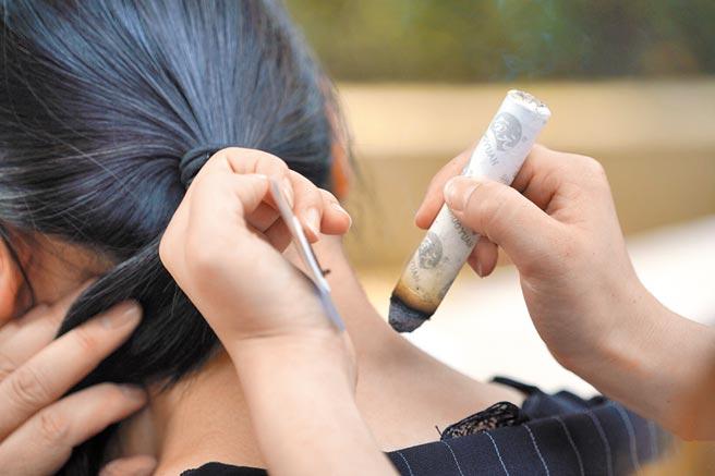 河北邢台醫務人員為民眾進行艾灸。(新華社資料照片)