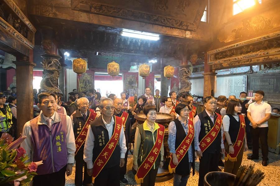 彰化縣長王惠美(右三)與王功福海宮主委林益模,與各家宮廟代表一起參與聯合祈安消災法會的開香儀式。(謝瓊雲攝)
