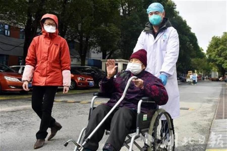 武漢感染新冠肺炎的97歲高齡長者治癒出院。(取自中新網)