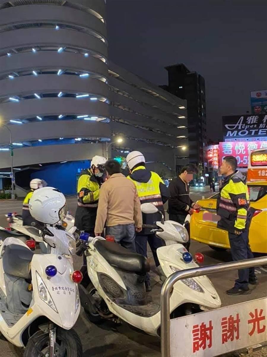 警方獲報到場,制止兩名運將的暴力鬥毆,雙方都說要驗傷提告。(摘自爆料公社)