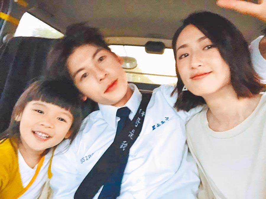 許光漢(中)和飾演大小黃雨萱角色的柯佳嬿(右)和小童星合影留念。(摘自許光漢臉書)