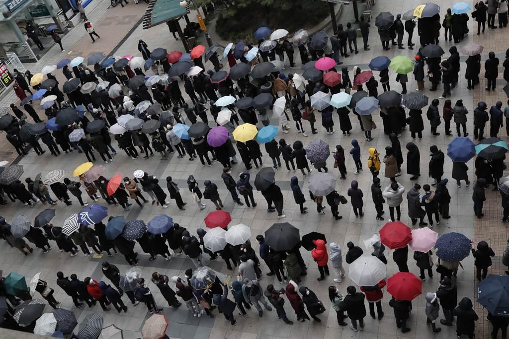 韓國新冠肺炎疫情爆發,口罩限購5片,寒風中有許多70、80多歲的高齡者,1.3度低溫的寒風中排隊。一位80多歲的白髮老翁憂心忡忡地表示,「排隊民眾大多都是老人,一旦感冒不知該怎麼辦」。(圖/美聯社)
