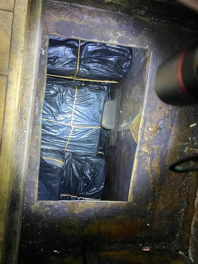 海巡署在基隆花嶼外海,逮捕一艘私運17萬包私菸的基隆籍漁船,為徹底防堵疫情,特別請衛生局派進行消毒工作。(戴志揚翻攝)