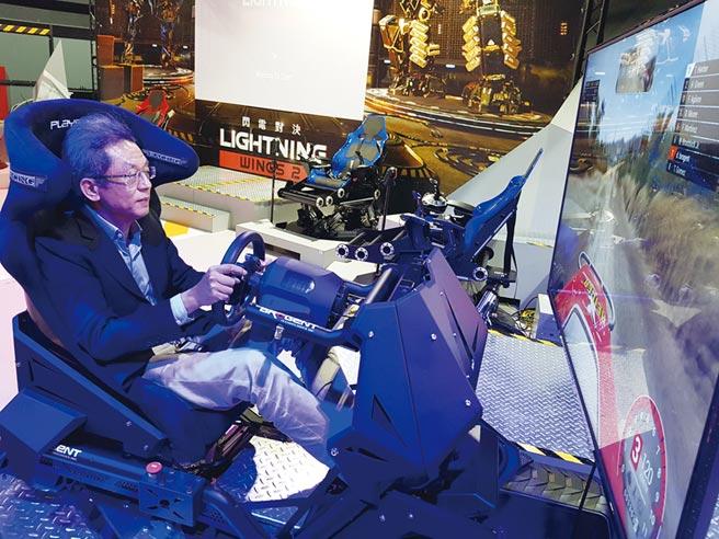 歐陽志宏隨時到一樓研發室「飆車」,掌握個人化體感設備的開發狀態。圖/顏瑞田