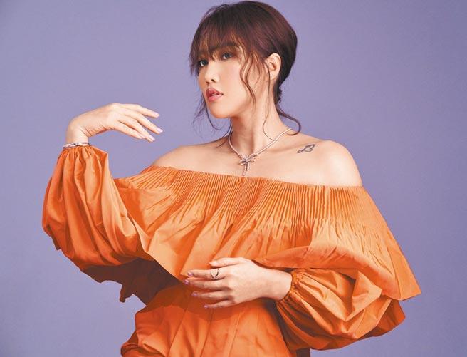 A-Lin分享創作單曲《Passenger旅.課》的心情,從旅行中獲得不少人生體悟,以巨星架式詮釋Hearts On Fire今年新登場的鑽石飾品。(攝影/JOJ PHOTO‧服裝提供/Valentino)