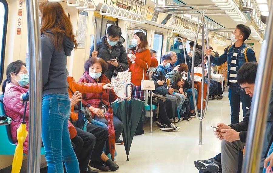 新冠肺炎疫情升溫,捷運上幾乎人人都戴著口罩,醫師提醒,千萬別忽略「咳嗽不止」的症狀。(示意圖/中時資料照)
