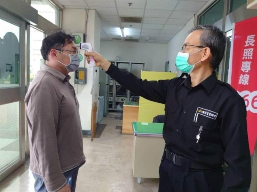 部立嘉義醫院對進出醫院的民眾量體溫。(嘉義醫院提供/廖素慧嘉義市傳真)