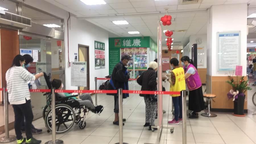 部立嘉義醫院在出入口設置防疫檢查站。(嘉義醫院提供/廖素慧嘉義市傳真)