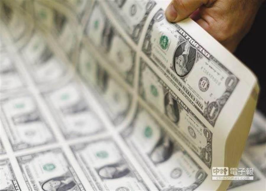 謝金河認為,從新台幣強升走勢來看,外資正潛伏在台股等待好時機下手。(圖/美聯社)