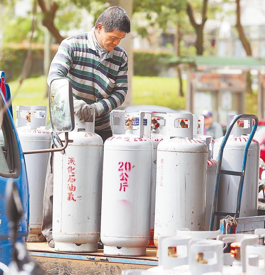 中油1日公布氣價調整方案,桶裝瓦斯每公斤調降1.4元,家用瓦斯牌價  跌破每公斤20元大關。(季志翔攝)