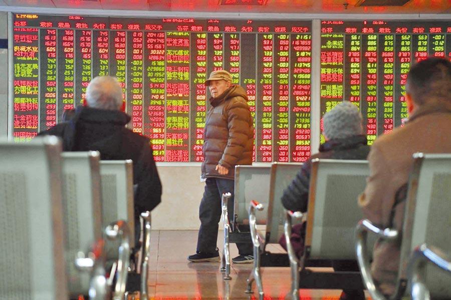 1月6日,股民經過成都某證券營業部的股市數據大屏。(中新社)