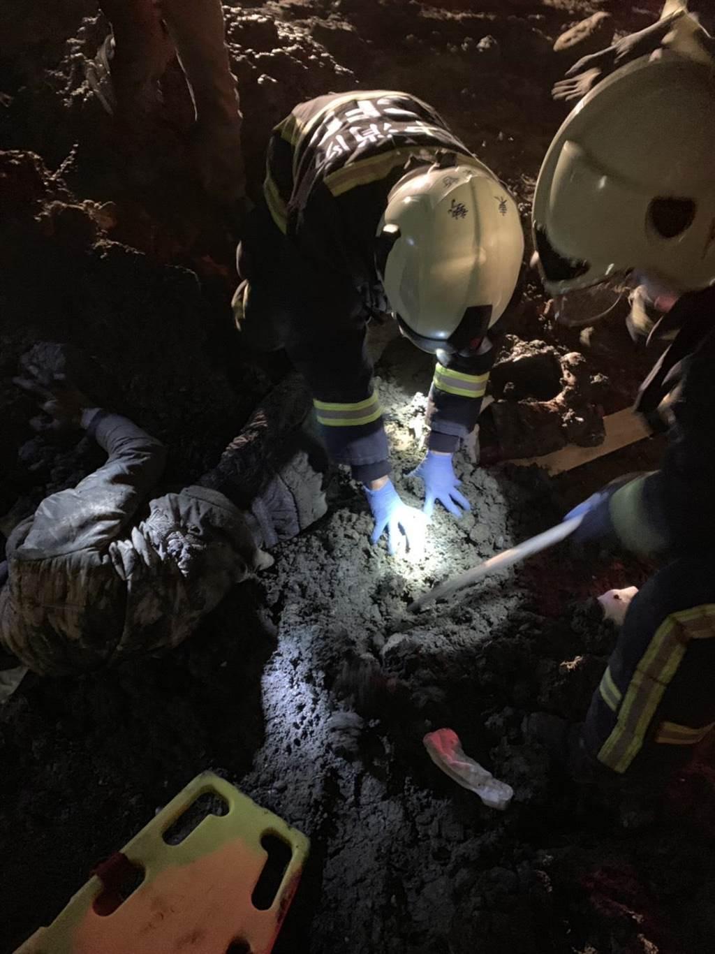 李男半夜闖入工地撿拾廢鐵,遭怪手鏟斗壓傷雙腿,下半身困在土堆爛泥中,消防員獲報到場搶救。(台中市消防局提供/王文吉台中傳真)