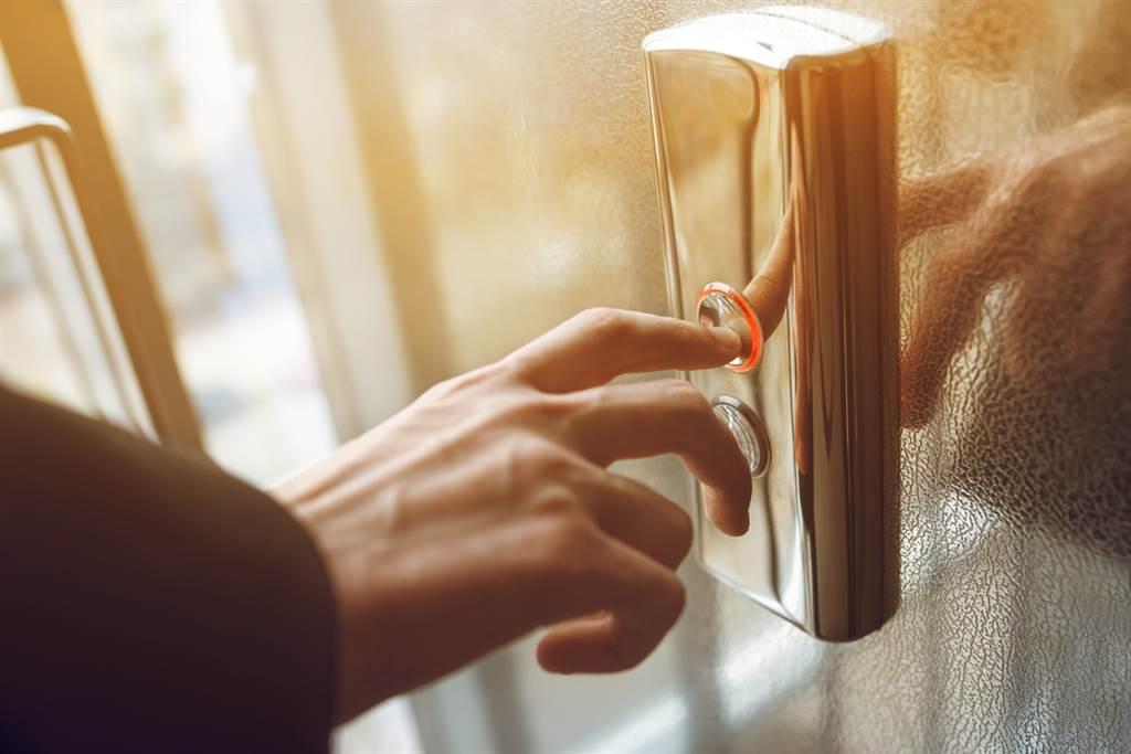電梯按鈕因碰觸的人眾多,細菌也多 (示意圖/達志影像)