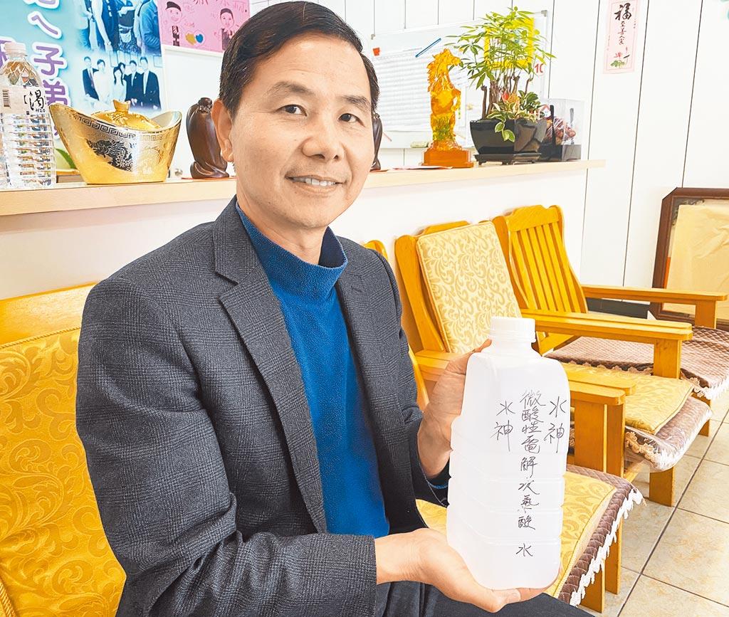 新竹市議員陳啟源希望水神能夠繼續提供免費領取,幫助國人度過新冠肺炎疫情侵襲。(陳育賢攝)