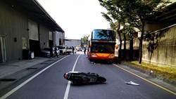 違停害命!騎士撞小貨車 遭遊覽車追撞不治