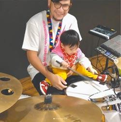 張震嶽傳承音樂天賦 1歲兒見鼓棒猛打