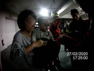 糊塗婦將1歲童反鎖車內 警破窗救援