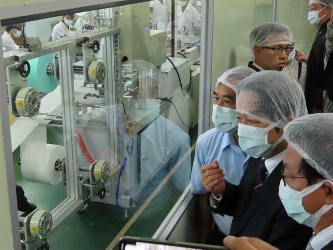 準副總統賴清德參訪康那香口罩工廠,關心口罩生產狀況。(莊曜聰攝)