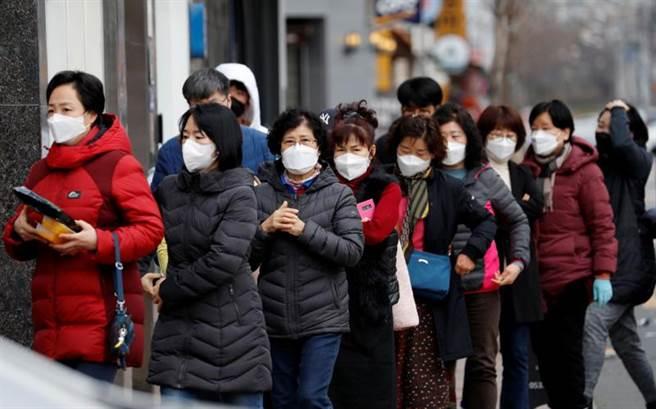 美疾病防控中心專家認為,新冠病毒可能在30天之內爆發全球大流行,這已經不是「會不會」的問題,而是「何時」發生的問題。圖為近期疫情爆發的韓國,民眾戴口罩上街。(圖/路透)