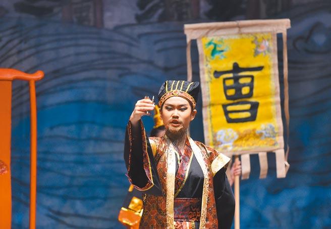 扮演曹操的小演員,在北京的一場舞台劇《赤壁》中表演。(新華社資料照片)