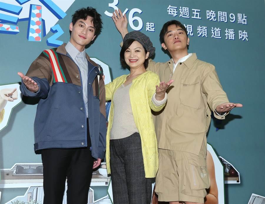 范少勳(左起)、楊貴媚、索艾克談起民宿趣事。(粘耿豪攝)