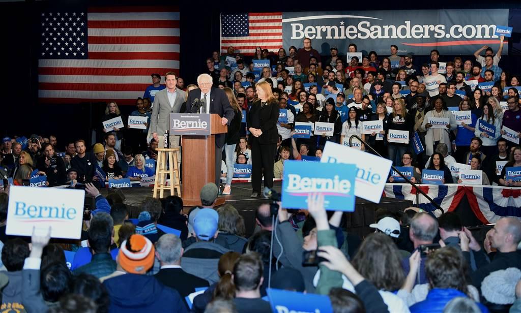 當地時間2月3日晚,民主黨總統競選人桑德斯出席黨團投票日支持者集會。(中新社)