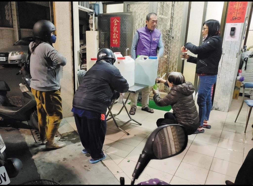 台南市南區大忠里里民取用旺旺集團免費提供的水神微酸性電解次氯酸水。(翻攝畫面/程炳璋台南傳真)