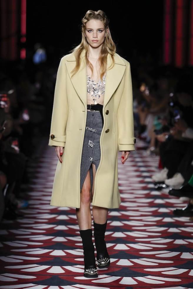 MIUMIU在日常服裝上增加層次感,能夠多場合穿著。(MIUMIU提供)