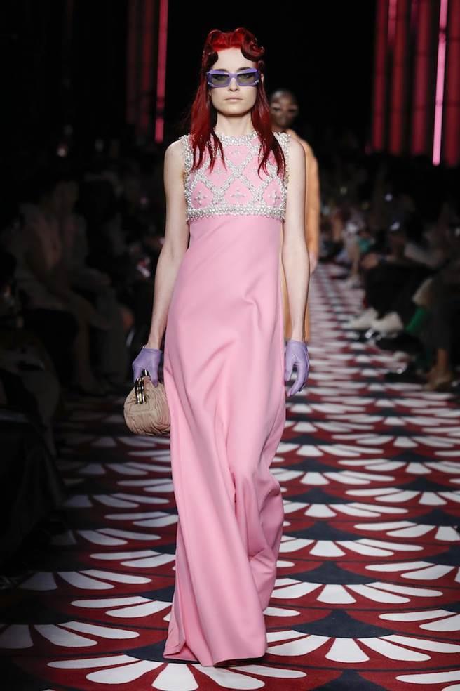 糖果色連衣裙利用鑽飾披肩、手套增添復古風情。(MIUMIU提供)