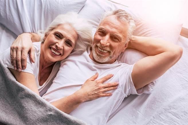 (熟齡性愛好處多多,還能延緩更年期前後不舒服的症狀。圖片來源:pixabay)