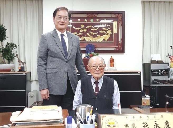 孫永慶總裁(右)交棒孫建行董事長(左),為中華科大開啟新紀元。圖/黃全興