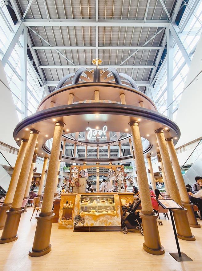 京站小碧潭店有一座耗資千萬、挑高30米的「晨曦之光」微兜咖啡廳。(石欣蒨攝)