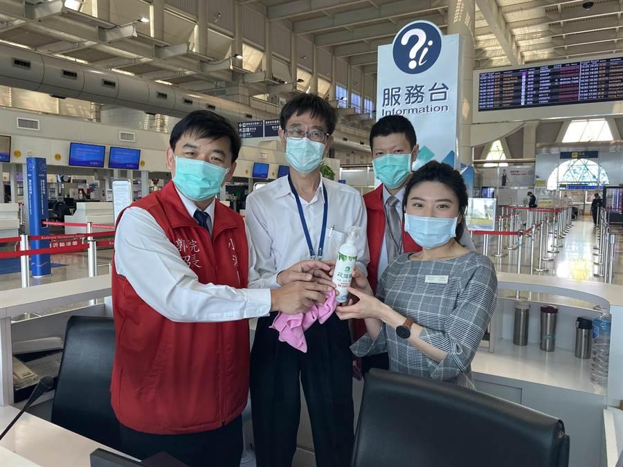 小港醫院院長郭昭宏(左)為機場員工示範清潔消毒正確方法。(小港醫院提供/柯宗緯高雄傳真)