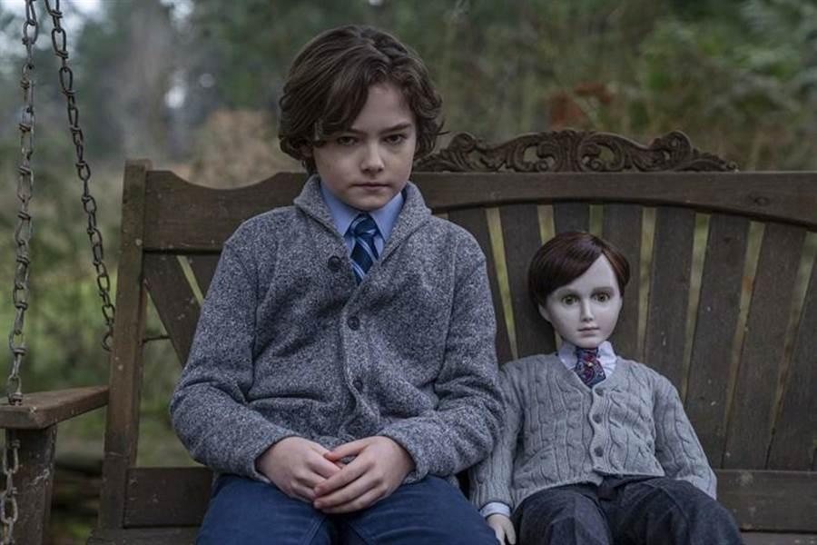 《託陰2》詭異巧合,驚悚陶瓷娃娃與小男主角。(CATCHPLAY提供)