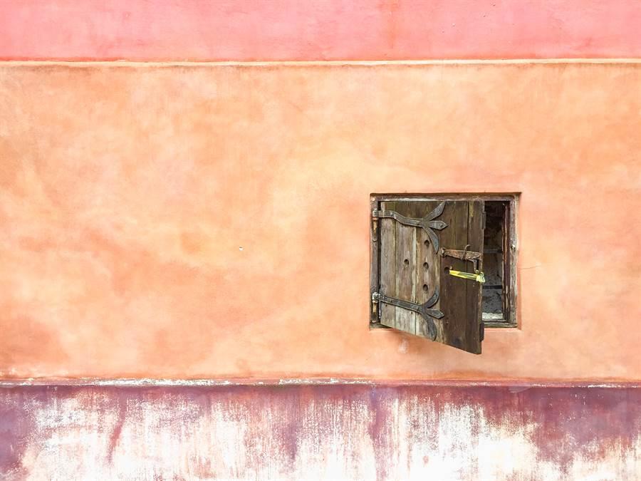 澳洲媽媽在租屋處發現了詭異的木門(示意圖/達志影像)