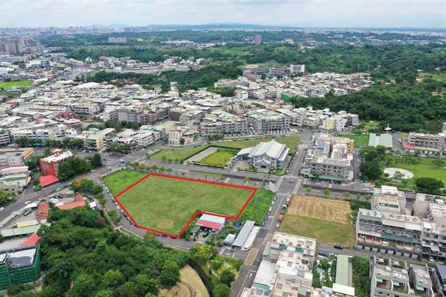 (面積約1,880.14坪的大坪頂商業區土地(紅色範圍),每坪底價約23.14萬元,是此次土地標售面積最多、總價最高的土地。圖/高雄地政局提供)