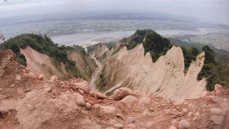 火炎山大峽谷是登山客拍照打卡熱點,可將惡地景觀及大安溪美景一覽無遺。(巫靜婷攝)