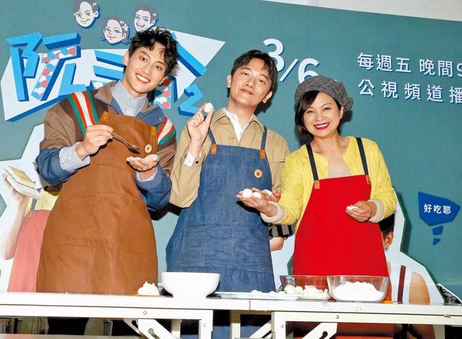 范少勳(左起)、索艾克、楊貴媚昨親手搓湯圓。(粘耿豪攝)