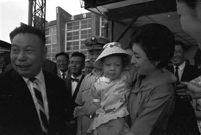 1963年9月6日,時任行政院政務委員蔣經國乘中華航空公司專機取道東京飛往美國作11天的訪問。蔣經國此行,係應美國國務院邀請前往美國考察。蔣經國的孫女蔣友梅在機場送行。(圖/本報資料照片、姚琢奇攝)