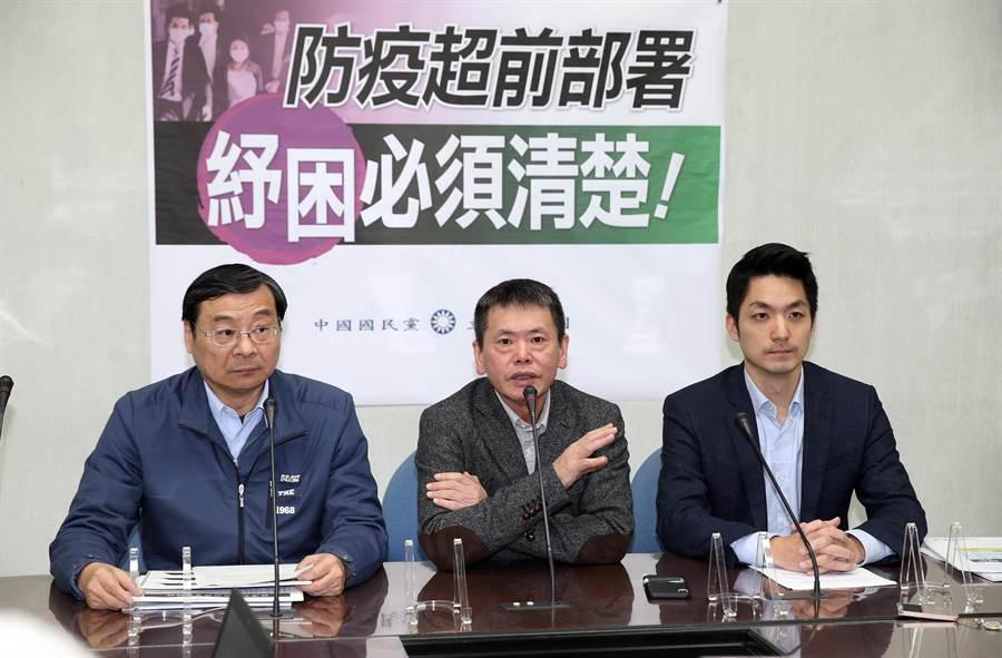 國民黨立委曾銘宗(左起)、林為洲、蔣萬安舉行「防疫超前部署紓困必須清楚」記者會。(姚志平攝)