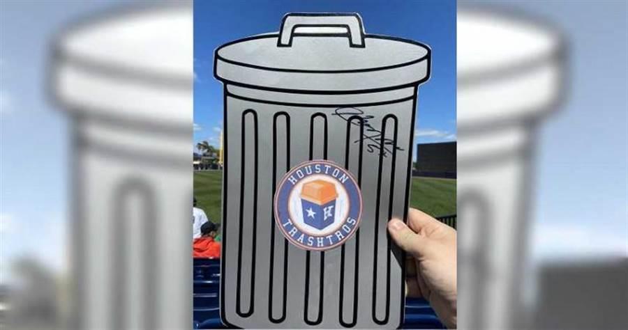 球迷拿太空人垃圾桶造型紙板給查普曼簽名(圖/翻攝自推特)