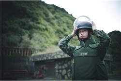 國軍拆彈高手 脫下防彈盔赫見8年級女生